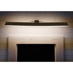 Prosta i kanciasta lampa nad lustra w łazienkach z prostokątnymi umywalkami Slidehome